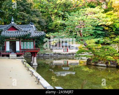 Séoul, Corée du Sud - 31 octobre 2019: Buyongjeong Buyeongji ornementales pavillon près de l'étang dans le Jardin Secret de Huwon arrière Changdeokgung Palace complexe Banque D'Images
