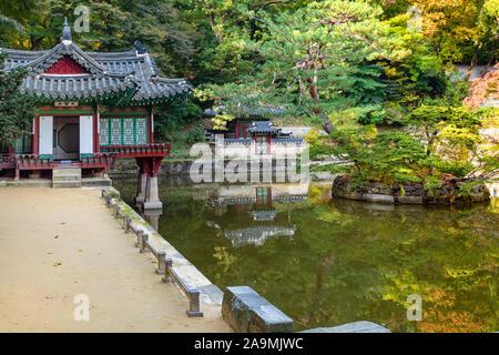 Séoul, Corée du Sud - 31 octobre 2019: Buyongjeong Buyeongji pavillon près de l'étang dans le Jardin Secret de Huwon arrière Palais Changdeokgung complexe dans Banque D'Images