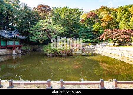 Séoul, Corée du Sud - 31 octobre 2019: voir l'étang de Buyeongji Buyongjeong dans pavillon avec jardin arrière de Secret Huwon Palais Changdeokgung en complexe Banque D'Images