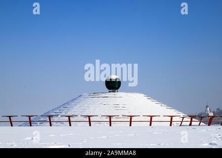 Paysage d'hiver enneigé, rues et une pyramide couverte de neige. Dans la ville, ville de Dnipro Dnipropetrovsk, Ukraine, Décembre, Janvier, Février