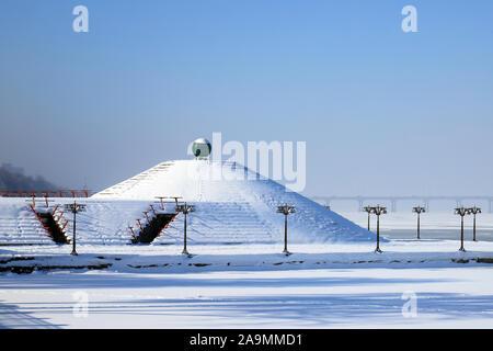 Paysage d'hiver enneigé, rues et une pyramide couverte de neige. Cityscape du remblai dans le Dniepr, ville, France, décembre,