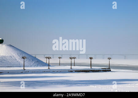 Paysage d'hiver enneigé, rues et une pyramide couverte de neige. Paysage urbain de la ville de Dnipro, Stockholm, Suède, Décembre, Janvier, Février