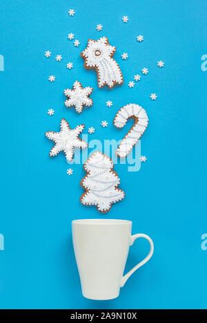 Gingerbread cookies de Noël avec tasse de lait Banque D'Images
