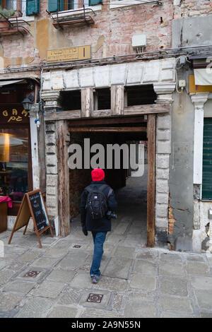 Venise, Italie - le 23 décembre 2012. Entrée de l'ancien Ghetto juif Ghetto de Venise Calle Vecchio, Canale di Cannaregio, Venise, Italie. Banque D'Images