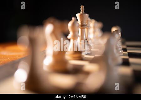 Close up des pièces d'échecs sur un échiquier, représentant Stratégie et tactique