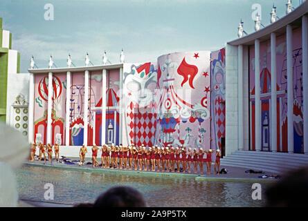 Les nageurs à se préparer à un affichage à l'Aquacade Billy Rose, une arène de l'eau show à l'Exposition mondiale de New York, 1939-40, de Flushing Meadows, New York, USA c.1939. Banque D'Images