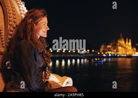 Jeune femme rousse demande à Budapest, Hongrie panorama de nuit