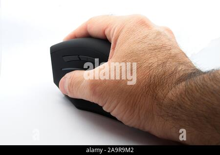 Homme main droite tenant une chaise ergonomique souris noire sur fond blanc.