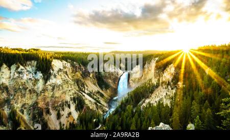Coucher de soleil sur l'Upper Falls dans le Grand Canyon de la Yellowstone River dans le Parc National de Yellowstone dans le Wyoming, États-Unis d'Amérique Banque D'Images