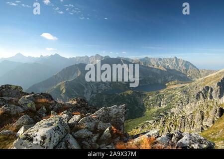 Vue sur les sommets des montagnes Tatras au-dessus de la vallée. Les Tatras sont les plus hauts sommets des Carpates sur le Polish-Slovak frontière. Banque D'Images