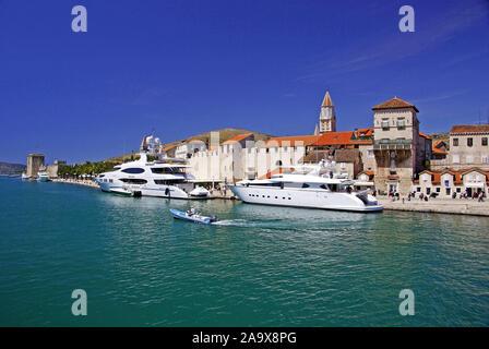 Luxusyachten Trogirs vor Altstadt; UNESCO; Weltkulturerbe;;; Dalmatien Split Croatie Banque D'Images