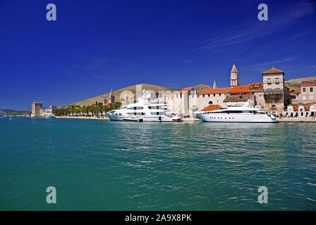 Luxusyachten Trogirs vor Altstadt, UNESCO, Weltkulturerbe, Split, Dalmatien, Kroatien Banque D'Images