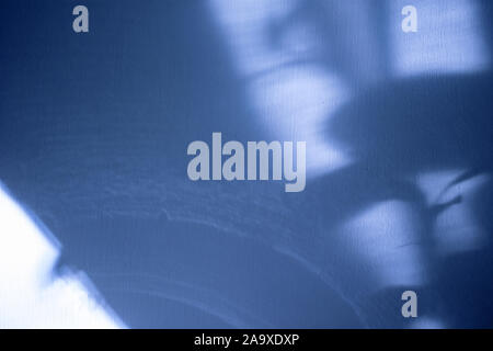 Beau résumé fond bleu avec les ombres et l'éclairage pour l'espace de copie Banque D'Images