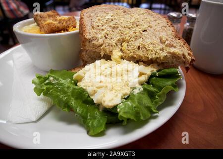 Sandwich aux œufs et de la soupe dans un café dans l'usa Banque D'Images