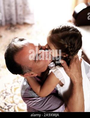 Libre.happy little girl hugging son père. concept de fatherh Banque D'Images