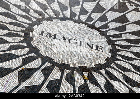 Imaginer la voie circulaire, mosaïque de Strawberry Fields memorial, Central Park, Manhattan, New York, USA Banque D'Images