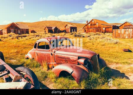 Vieille voiture rouillée dans la ville fantôme de Bodie California USA
