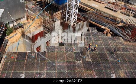 Bangkok, Thaïlande - 16 novembre 2019: deux travailleurs à marcher ensemble sur le béton préfabriqué slap plein de tiges d'acier at construction site sur sunny day Banque D'Images