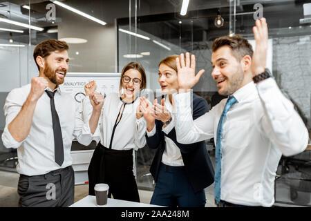 Les employés de l'entreprise réussie se sentir excité avec une bonne performance financière, difficile de travailler ensemble dans la salle de réunion