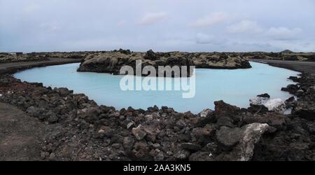 Paysage de rochers et de sources d'eau chaude dans les environs du Blue Lagoon, près de Reykjavik en Islande. Nature Paysage Banque D'Images