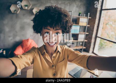 La photo en gros plan de l'African American girl gaie positive d'prendre appel vidéo selfies séminaire de travail en milieu de loft bureau