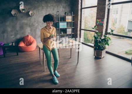 Full Size photo de African American girl joyeux cellphone entrepreneur lecture social networking news chat avec des collègues de bureau loft