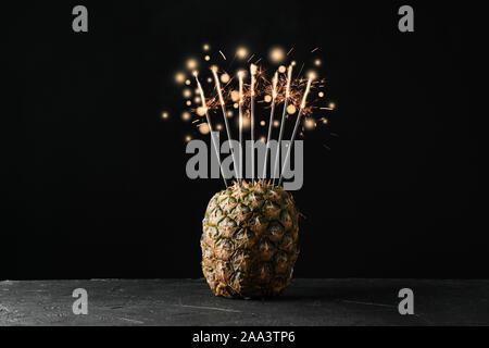 L'ananas avec brûler des cierges merveilleux sur fond noir, de l'espace pour le texte Banque D'Images