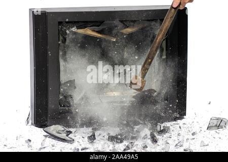 Coup de marteau à la télévision, les éclats s'envoler, fond blanc. Briser l'écran du téléviseur. Banque D'Images