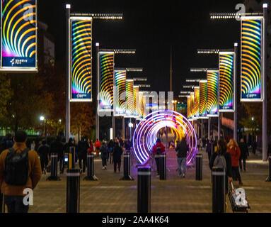 London UK 19 novembre 2019 Espoirs de Wembley Park commission léger par designer architectural Elyne Legarnisson theneighborhood éclairante. Les visiteurs est entrée dans la d'art numérique, comme le des mouvements doux et imprévisible des lumières motions évoluer au fil du temps, ralentissement, accélération, battant inférieur ou supérieur, plus près ou plus loin, la dispersion et la réforme. Crédit: Paul/Quezada-Neiman Alamy Live News Banque D'Images
