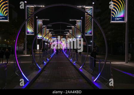 London UK 19 novembre 2019 Wembley Park lance un tout nouveau festival de Winterfest light le mercredi 20 novembre 2019 qui verra le quartier transformé en une expérience de jeux d'hiver, à travers un sentier de, spécialement commandée par l'emplacement et la visite des installations de son et lumière.directement du Nevada a Burning Man, la piste sonore fera ses débuts européens, transformer en un Olympic Way corridor multi-sensorielle de la musique et de la lumière. Crédit: Paul/Quezada-Neiman Alamy Live News Banque D'Images