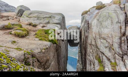 Kjeragbolten Kjerag le Lysefjord ci-dessus. Le plus beau paysage dans la région de Rogaland.. Banque D'Images