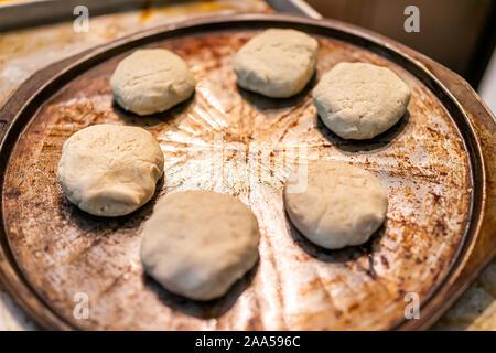 Avec un moule de pâte non cuite pour des biscuits ou des scones avant cuisson faite avec farine sans gluten Banque D'Images