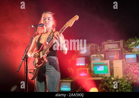 Londres, Royaume-Uni. Mardi, 19 novembre, 2019. Nilufer Yanya sur scène à l'O2 Shepherds Bush. Photo: Roger Garfield/Alamy Live News Banque D'Images
