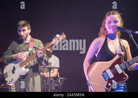 Londres, Royaume-Uni. Mardi, 19 novembre, 2019. Nilufer Yanya sur scène à l'O2 Shepherds Bush. Photo : Roger Garfield/Alamy Live News Banque D'Images