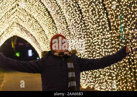 Noël à Kew Gardens - Cathédrale de lumière. C'est l'ouverture de Noël à Kew Gardens le 20 novembre et quel plaisir ils ont en magasin pour vous. Avec plus de 1 millions d'éclairage à LED et d'un nouveau sentier sera certainement vous enchanter en vous promenant à travers les lumières magiques. Quelques faits saillants: une cascade de 18 pieds d'éclairage par le passage de la cime. Un tunnel de lumière, le gui allumé sièges et beaucoup d'autres surprises. Les lumières sont ouvertes le 20 novembre au 5 janvier 2020. Banque D'Images