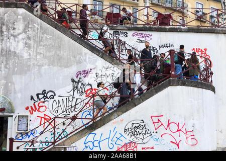 Lisbonne, Portugal - mai, 28th, 2018: les gens marchent vers le haut des escaliers couverts de graffitis dans le quartier central de Baixa. Banque D'Images