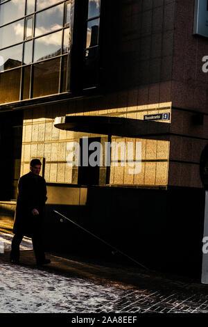 Un homme qui marche le long de la rue à Tallinn, Estonie. Banque D'Images