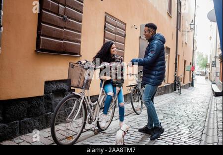 L'homme et de la femme dans la rue en Europe sam parler sur un vélo push