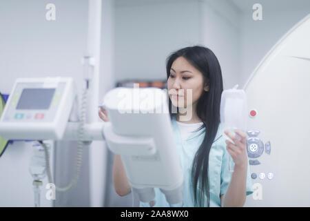 Asie femme médecin avec des outils dans un hôpital Banque D'Images