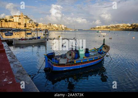Un luzzu, l'un des couleurs vives traditionnels bateaux de pêche maltais dans le port à Marsaskala, Malte Banque D'Images