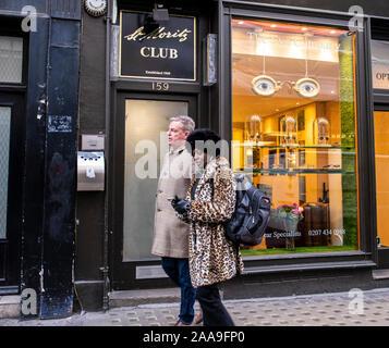 Soho, London, UK, 20 novembre 2019. Suggs, chanteur et leader de la folie à l'extérieur de la ville historique de St Moritz Club à Wardour Street. Credit: Ernesto Rogata/Alamy Live News. Banque D'Images