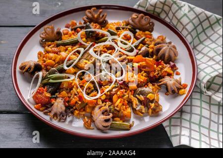 Close-up la Paella espagnole traditionnelle avec des poulpes. La cuisine méditerranéenne. Recettes de régime cétogène