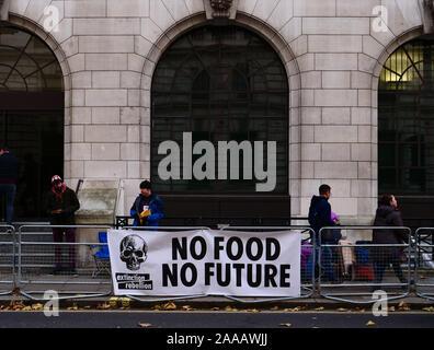 Londres, Royaume-Uni. 20 novembre 2019. Les membres du groupe d'action pour l'environnement sont vus dans la rébellion d'extinction avant du siège du parti libéral dans la région de Westminster, Londres, en grève de la faim, le troisième jour de leur semaine de jeûne en solidarité des gens de faim parce que des changements climatiques et écologiques. Crédit: Joe Keurig / Alamy News Banque D'Images