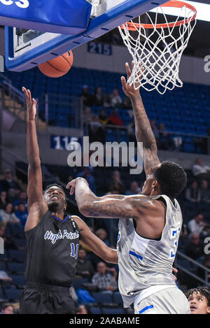 Nov 20, 2019 : High Point guard Panthers Bryant Randleman (11) définit la balle vers le haut et sur la tentative de bloc de Saint Louis Billikens avant Jimmy Bell Jr. (32) lors d'un match de saison régulière où le point haut des Panthères ont visité le Saint Louis Billikens. Tenue à Chaifetz Arena à Saint Louis, MO Richard Ulreich/CSM Banque D'Images