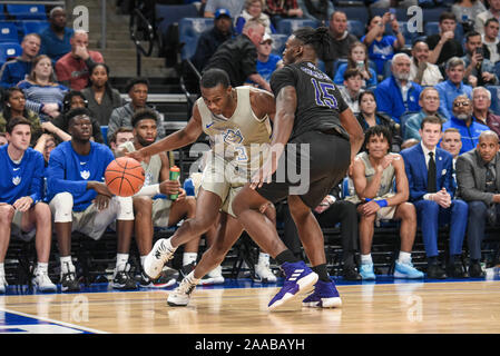 Nov 20, 2019 : High Point Panthers avant Falaise Thomas Jr. (15) arrête l'attaquant dribble de Saint Louis Billikens avant Javonte Perkins (3) lors d'un match de saison régulière où le point haut des Panthères ont visité le Saint Louis Billikens. Tenue à Chaifetz Arena à Saint Louis, MO Richard Ulreich/CSM Banque D'Images