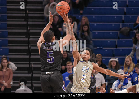 Nov 20, 2019 : Saint Louis Billikens Tay garde Weaver (2) tente de se débarrasser de la tentative de coup de Point Haut garde Panthers Curtis Hollande III (5) lors d'un match de saison régulière où le point haut des Panthères ont visité le Saint Louis Billikens. Tenue à Chaifetz Arena à Saint Louis, MO Richard Ulreich/CSM Banque D'Images