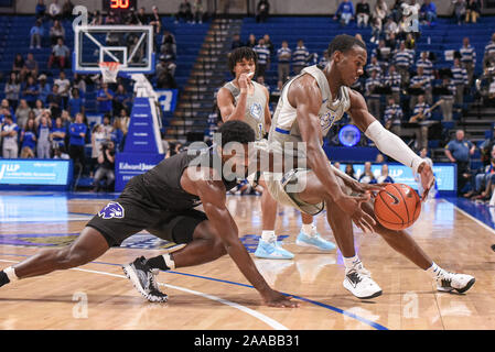 Nov 20, 2019 : High Point guard Panthers John-Michael Wright (1) est capable d'atteindre et de frapper la balle loin de Saint Louis Billikens avant Javonte Perkins (3) lors d'un match de saison régulière où le point haut des Panthères ont visité le Saint Louis Billikens. Tenue à Chaifetz Arena à Saint Louis, MO Richard Ulreich/CSM Banque D'Images