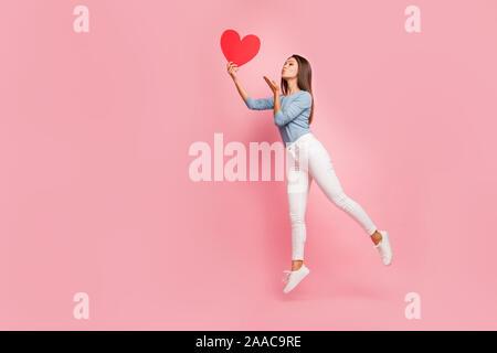 Toute la longueur du côté de la taille du corps aux cheveux bruns photo de profil positif gai joli gentil mignon fille tendre baiser à l'air d'envoi coeur tenue pastel isolés