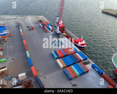 Karlsruhe, Allemagne. 12 Nov, 2019. Le premier train de conteneurs (l) dans le cadre de l'Initiative de la route de la Soie Chinoise est situé dans le port de Mukran sur l'île de Rügen, à côté du navire qui a transporté les conteneurs en provenance de la Russie via la mer Baltique. Sur l'ensemble de l'itinéraire entre l'Allemagne et la Chine, pour la première fois une partie du voyage se fait par mer entre les ports de Mukran Baltysk et dans la région de Kaliningrad. Un navire avec la première 41 récipients d'un train d'essai, qui avait commencé au début de novembre à Xi'an en Chine centrale, a été débarqué à Mukran. Credit: Je/dpa/Alamy Live News Banque D'Images