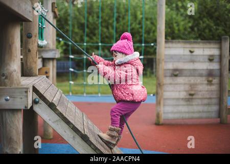 Bébé fille escalade à aire d'hiver,l'Irlande du Nord